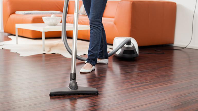 جارو کشیدن فرش قبل از شستشوی